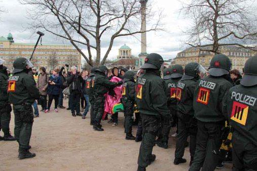 Polizei räumt Demoroute frei