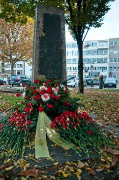 141109_Gedenkstein mit Kranz und roten Nelken